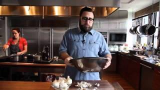 Смотреть онлайн Чистим чеснок за 10 секунд