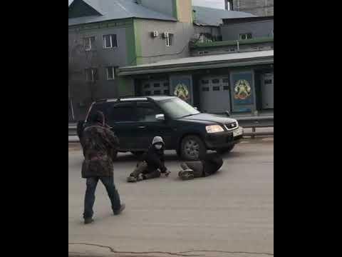 На троих! В Якутске жители валяются прямо на проезжей части