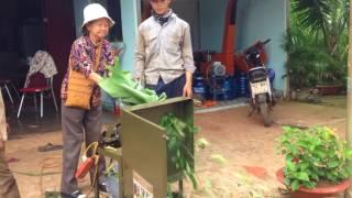 Một khách hàng từ Bến Tre tận tay thử máy tại (Cơ Khí Quang Tiến)