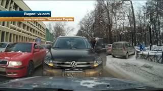 Неадекватная автоледи при появлении преграды на встречке бросила машину на дороге в Перми