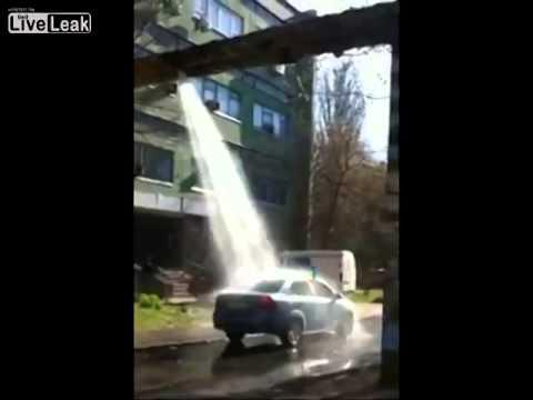 سائقون يقومون بغسل سياراتهم تحت  أنبوب مياه مكسور