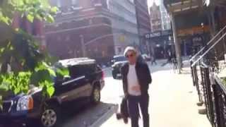 Роберт ПАТТИНСОН, Нью-Йорк 19 мая. Роберт у входа в ресторан