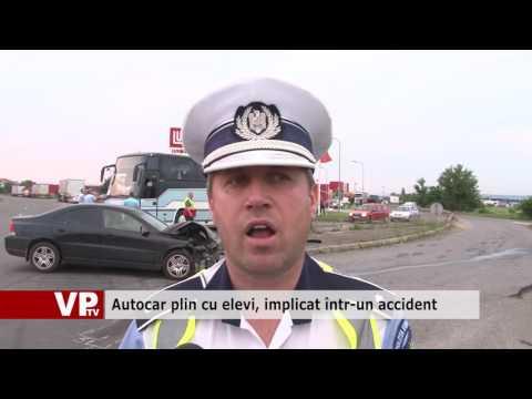 Autocar plin cu elevi, implicat într-un accident