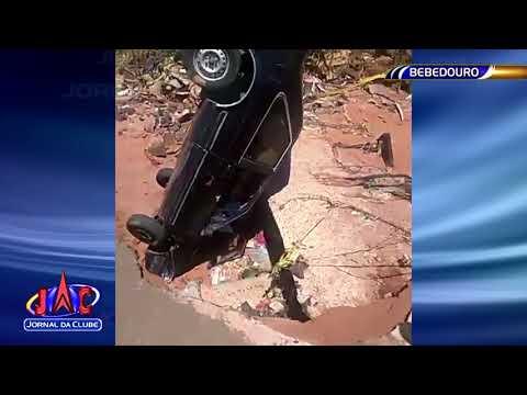 Carro cai em erosão em Bebedouro - Jornal da Clube 2ª Edição (15/12/2017)