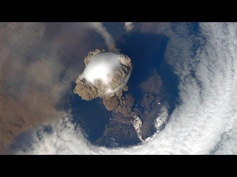 Volcán en erupción desde el espacio