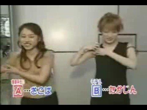 日本兩個美女比賽脫胸罩