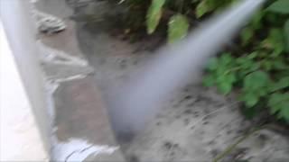 Как избавиться от осиного гнезда на даче видео