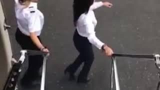 Женщина-пилот выскочила из самолёта и станцевала