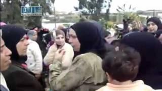 preview picture of video 'Siria, Baniyas, Al Baiyda, Mujeres Cortan la Autopista Reclamando Libertad de sus Hijos,13/04/2011'