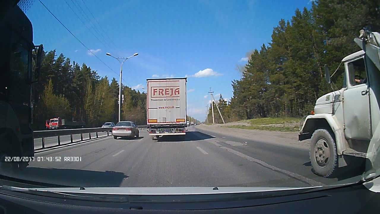 Фура вытолкнула с дороги легковушку в Новосибирской области
