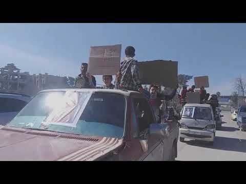 أهالي الرقة يتظاهرون رفضا لتواطؤ المسلحين الموالين للجيش الأمريكي بنشر الجريمة.. فيديو