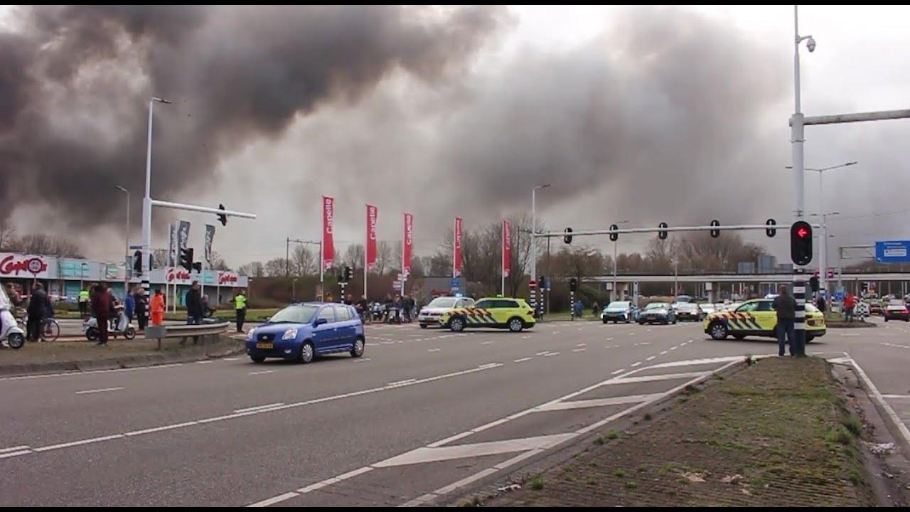 [GRIP 2] Hulpdiensten met spoed naar zeer grote brand in Capelle aan den IJssel!