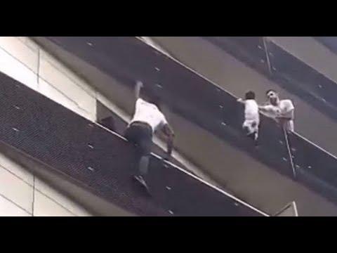 Video: Inmigrante africano rescata a niño francés de caer de un 4 piso