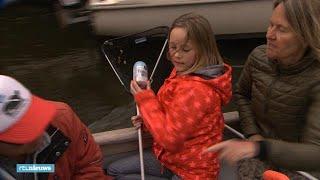 Vrijwilligers vissen Amsterdamse grachten schoon na Koningsdag - RTL NIEUWS