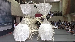 風で動く芸術、まるで生き物テオ・ヤンセン展動く「ストランドビースト」たち三重県立美術館