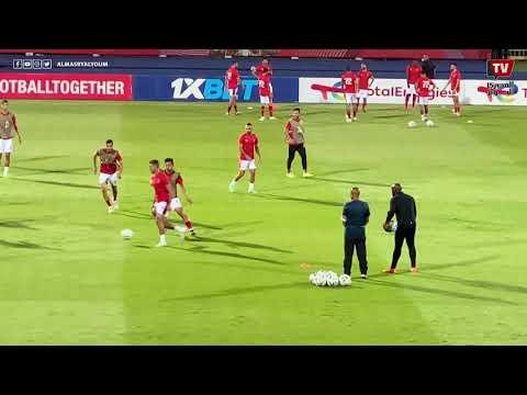 لاعبو الأهلي يؤدون الإحماءات قبل انطلاق مباراة الترجي