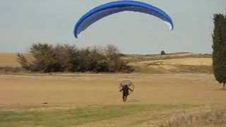 preview picture of video 'Primer aterrizaje de vuelo en paramotor de Mikel'
