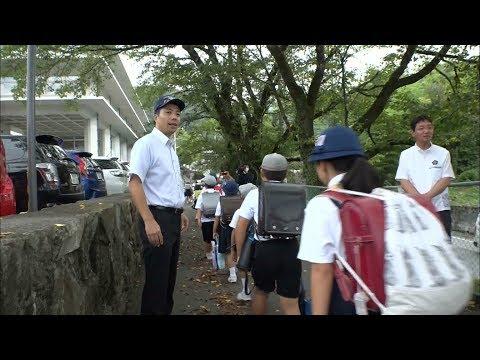 新見市の小学校で一足早く新学期がスタート 登校を警察や地域の人たちが見守る 岡山