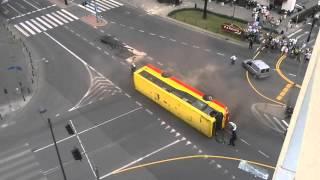Смотреть онлайн Автобус переворачивается во время каскадерской сцены