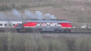 Тепловоз ТЭП70-0409 с 3 пассажирскими вагонами.