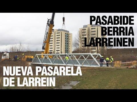 Instalación de la nueva pasarela peatonal de Larrein