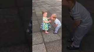 Дети целуются. Прикол, ржач, юмор