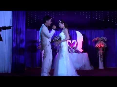 Chú rể hát tặng cô dâu trong ngày cưới. Lãng mạn quá! Ước gì mình được như chị í ^^