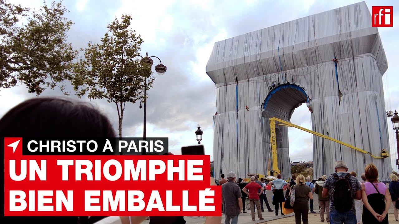 Paris : l'Arc de Triomphe comme un immense cadeau argenté • RFI