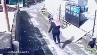 Смотреть онлайн Вор-неудачник украл сумочку и потерял скутер