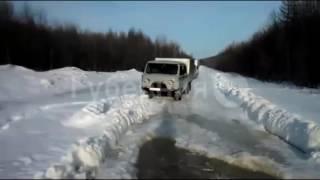 Машина вмерзла в дорогу. GuberniaTV