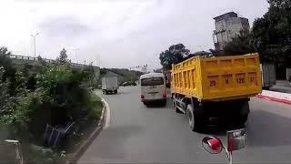 Liên tục vượt ẩu, tài xế xe khách bị đánh ngay giữa đường