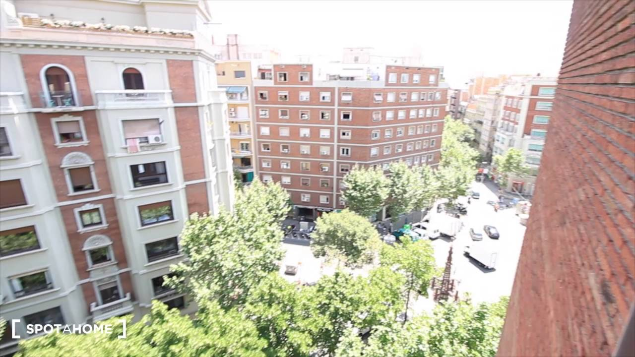 Rooms to rent in 4-bedroom apartment with balcony in Eixample Dreta