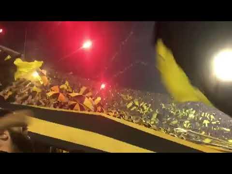 """""""Recibimiento Final Clausura - Hinchada de Peñarol (vs naciomal)"""" Barra: Barra Amsterdam • Club: Peñarol"""