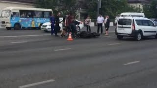 Девушка-мотоциклистка доставлена в больницу в результате аварии на Северном мосту в Краснодаре