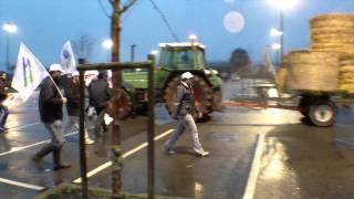 preview picture of video 'manifestation des éleveurs devant Leclerc à Nogent-le-Rotrou'