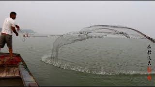 清晨开船带媳妇出湖捕鱼,小伙撒网真牛,一网逮两条大头鲢鱼!