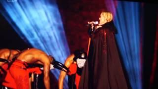 Смотреть онлайн Мадонна рухнула со сцены в прямом эфире