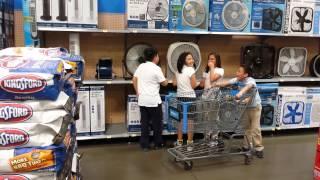 Смотреть онлайн Дети поют национальный гимн в крупном магазине