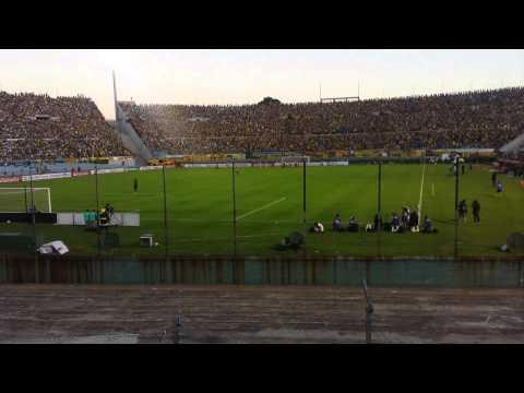 """""""Hinchada de Peñarol desde tribuna de Estudiantes(1)"""" Barra: Barra Amsterdam • Club: Peñarol"""
