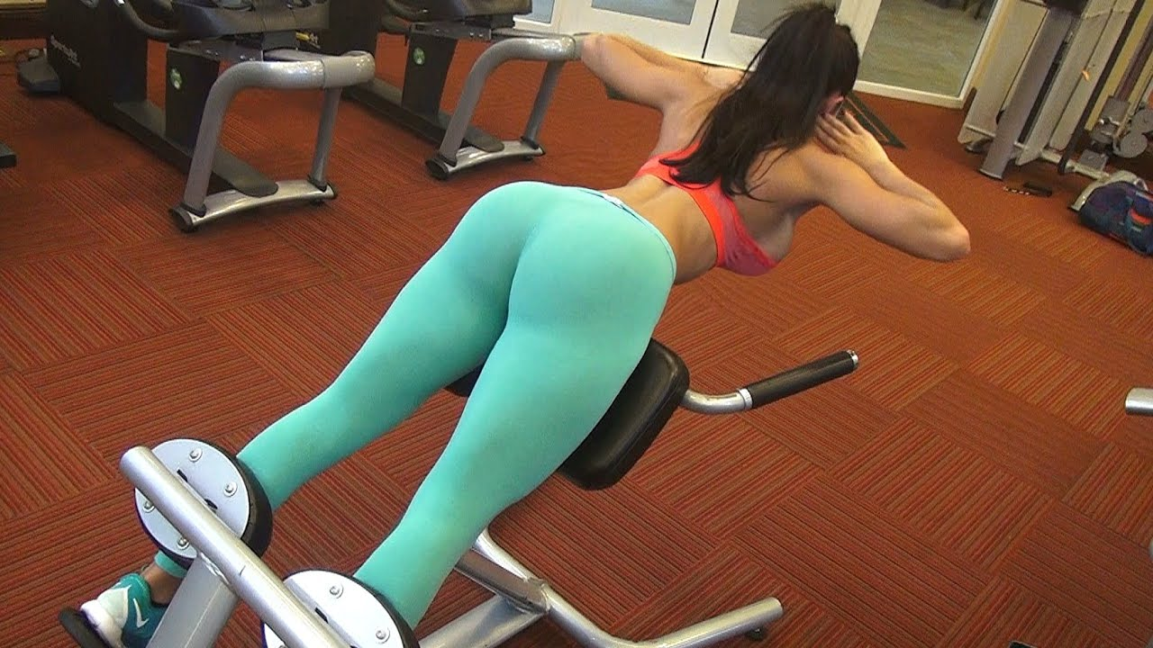 devushka-v-legginsah-v-sportzale-video