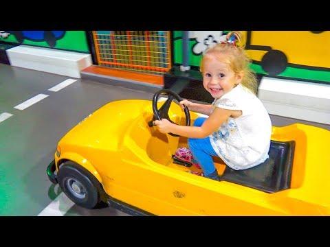 Настя развлекается в детском музее науки и учится новым вещам. Узнаёт как работают машины и вертолёты.