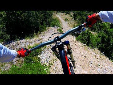 Спуск на горном велосипеде по трассе Пентагон на горе Гасфорта, город Севастополь