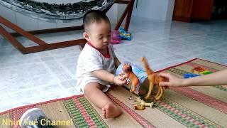 Bé chơi đồ chơi động vật