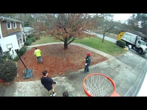 Pick-up Basketball Game - Garbage Guys vs. Kids (видео)