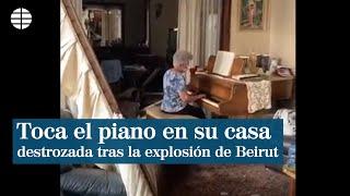 Una mujer toca el piano en su casa destrozada tras la explosión en Beirut