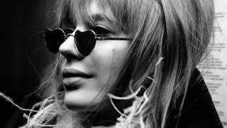 "Marianne Faithfull sings ""C'è chi spera"" 