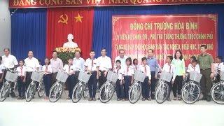 Phó Thủ tướng Trương Hòa Bình tặng xe đạp cho học sinh nghèo An Giang