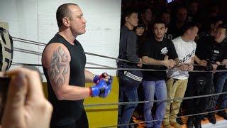 Мужик из ночного клуба вышел против Тайского Боксера