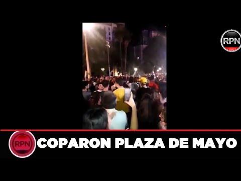 Miles de personas no pudieron esperar a mañana y ya están en Plaza de Mayo cantando