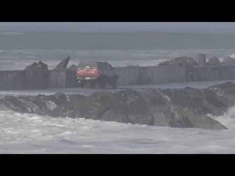 Blås i åttemeters-bølger – turisten SKAL ut på moloen
